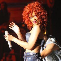 Rihanna con shorts durante un concierto en Canadá