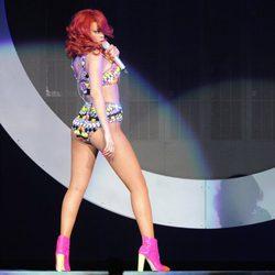 Rihanna con bikini de pedrería multicolor durante un concierto en Los Ángeles