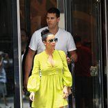 Kim Kardashian apuesta por los tonos flúor