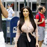 Kim Kardashian, más colegiala que chic