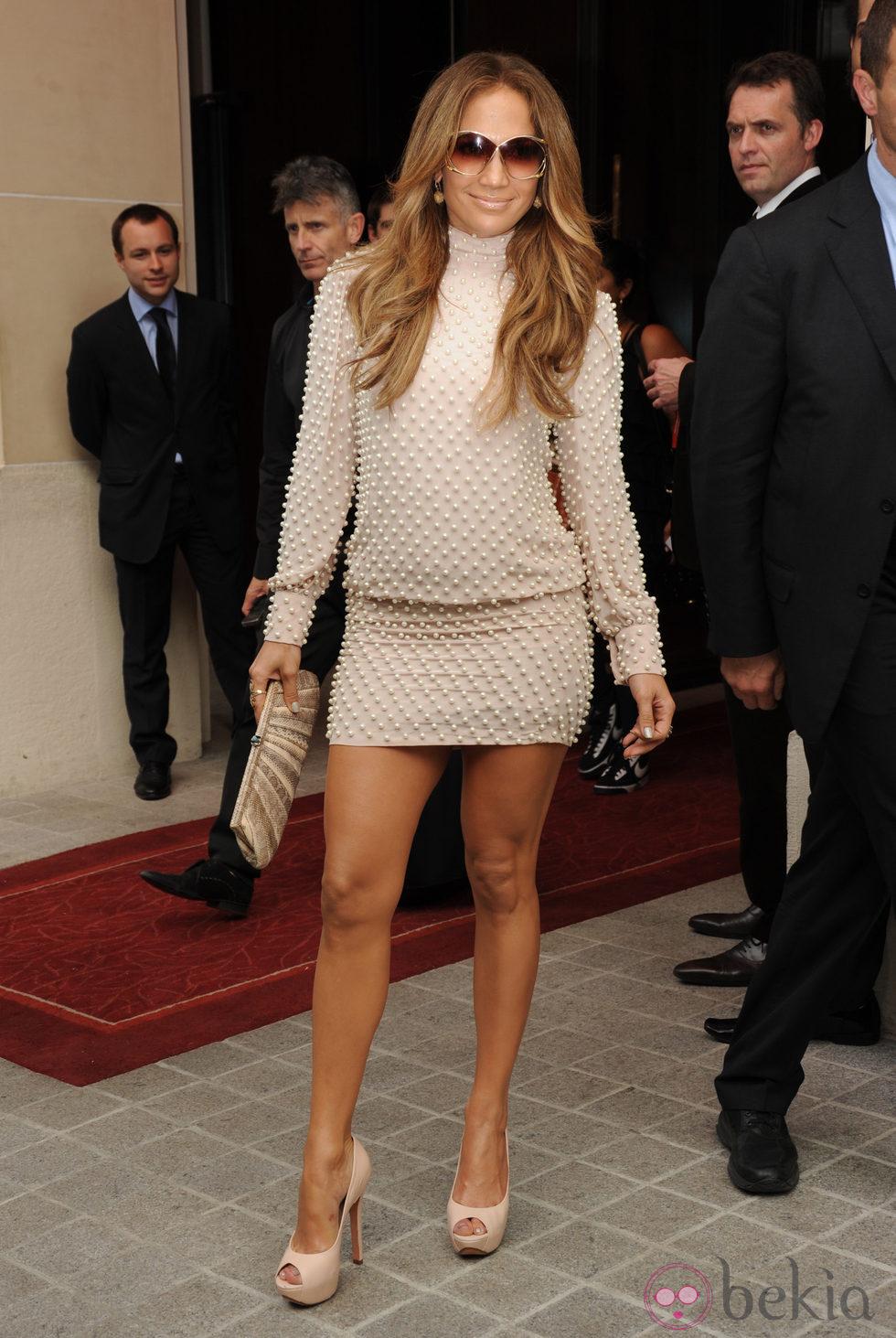Jennifer Lopez con un vestido corto en tono nude cubierto de perlas
