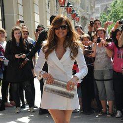 Jennifer Lopez con mini abrigo blanco