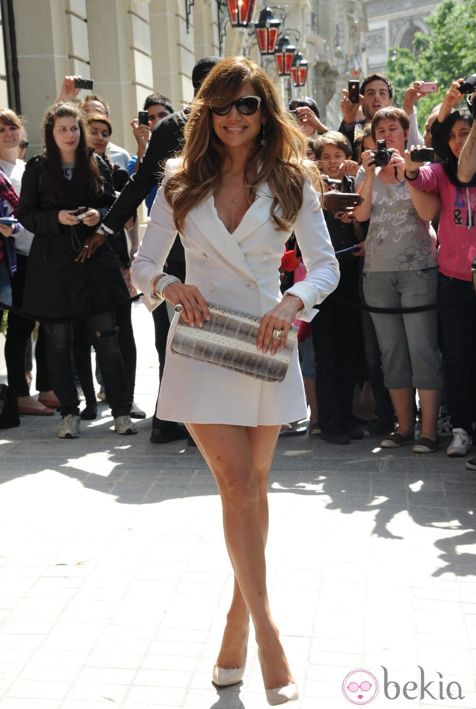 Jennifer Lopez con mini abrigo blanco