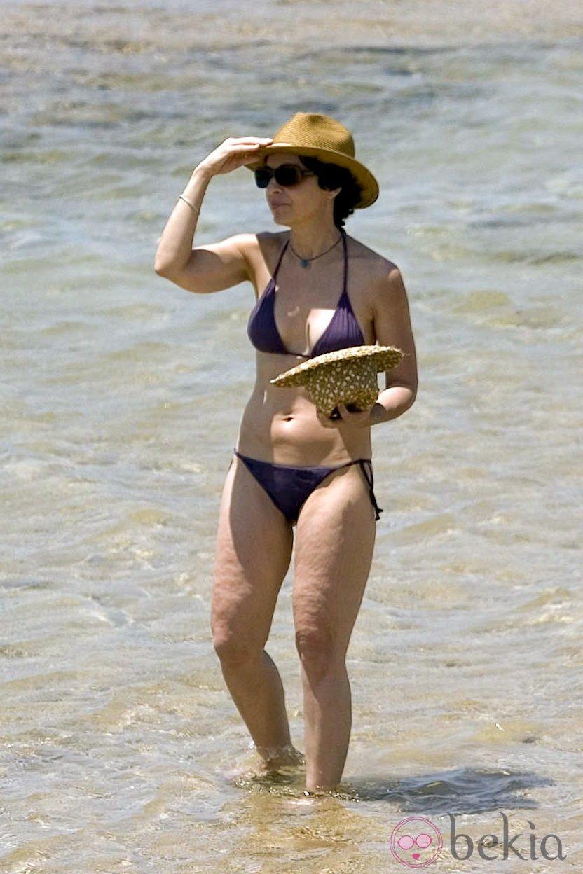 Adriana Ozores disfruta de la playa en biquini