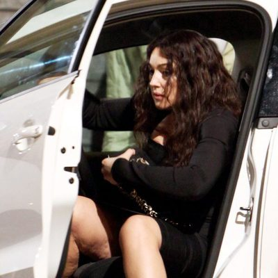 Mónica Bellucci muestra su celulitis al salir del coche
