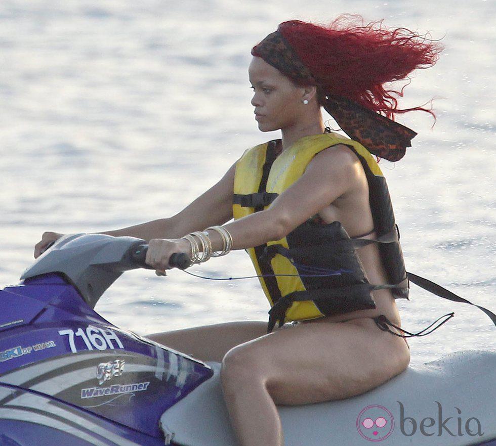 Rihanna, celulitis en moto de agua