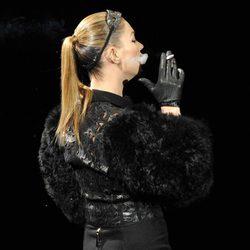 Kate Moss luce flacidez en un desfile de Marc Jacobs