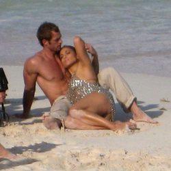 William Levy y Jennifer Lopez en la arena de la playa