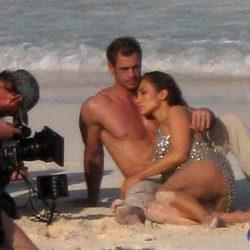 Jennifer López se apoya en el torso desnudo de William Levy