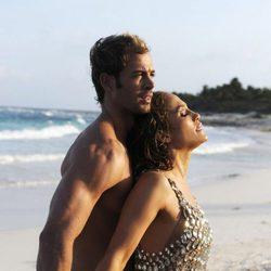 Jennifer López y William Levy abrazados en la playa