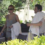Berta Collado y un amigo de disponen a bajar a la playa en Ibiza