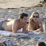 Berta Collado y un amigo tumbados en una playa de Ibiza