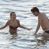 Berta Collado y un amigo disfrutan de las aguas ibicencas