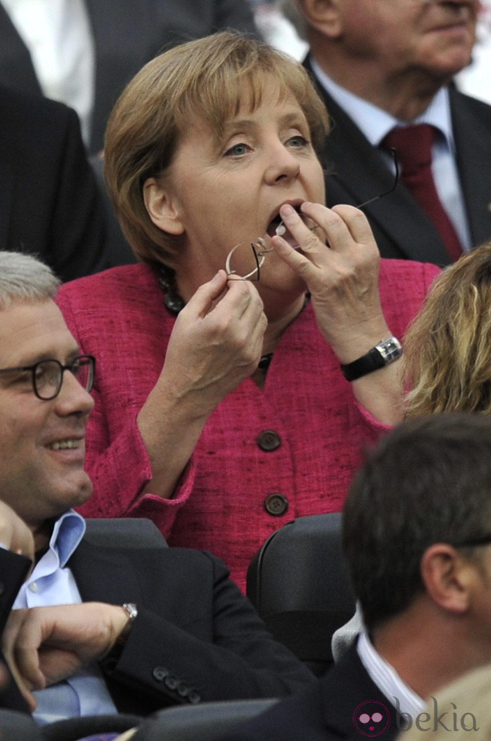 Angela Merkel limpia sus gafas en la final del Mundial de Fútbol Femenino 2011