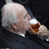Helmut Kohl bebe una cerveza en la final del Mundial de Fútbol Femenino 2011