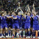 El equipo de Japón celebra la victoria en la final del Mundial de Fütbol Femenino 2011