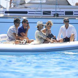 Eugenia Martinez de Irujo a bordo de una lancha con unos amigos en Ibiza