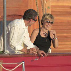 Eugenia Martínez de Irujo ríe con un amigo en un barco en Ibiza