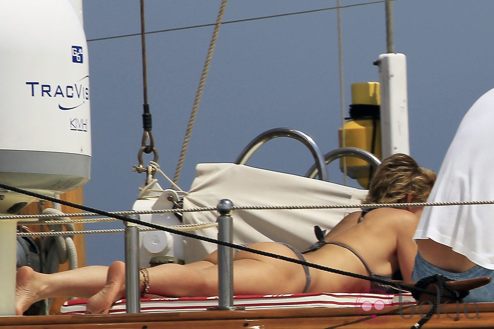 La Duquesa de Montoro toma el sol en un barco en Ibiza