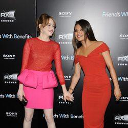 Emma Stone y Mila Kunis cogidas de la mano en la premiere de 'Friends wit benefits' en Nueva York