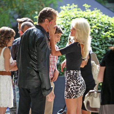 Hayley Roberts acaricia a David Hasselhoff en el rodaje de 'Fuga de cerebros 2'