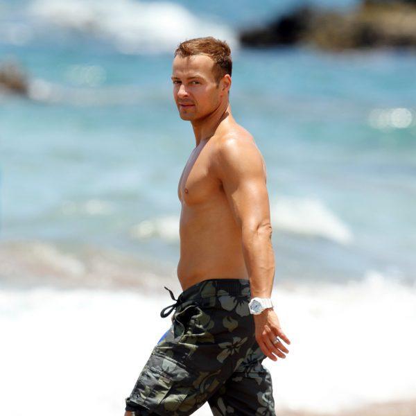 Joey Lawrence presume de cuerpo y de familia en Hawai