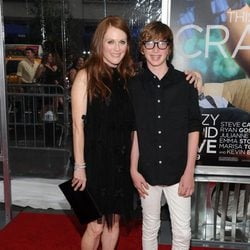 Julianne Moore y su hijo Caleb en el estreno de 'Crazy, Stupid, Love' en Nueva York