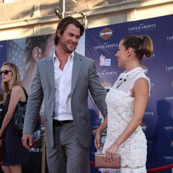 Elsa Pataky y Chris Hemsworth se miran cariñosamente en la premiere de 'Capitán América'