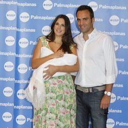 Nuria Fergó y José Manuel Maíz presentan a su hija Martina