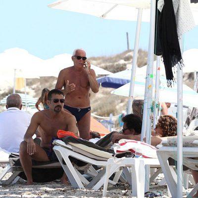 Giorgio Armani contesta al teléfono durante sus vacaciones en Formentera