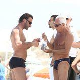 Giorgio Armani junto a un amigo durante sus vacaciones en Formentera