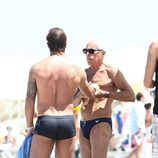 Giorgio Armani coge la mano de su amigo en Formentera