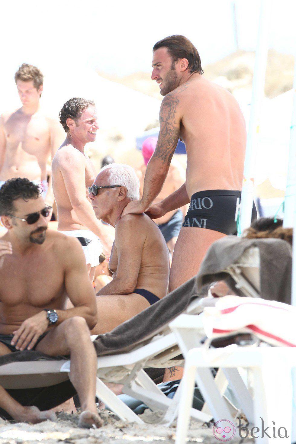 Giorgio Armani recibe un masaje de su amigo en Formentera