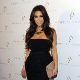 Kim Kardashian muy sexy en negro en la fiesta de 'Noon by Noor'