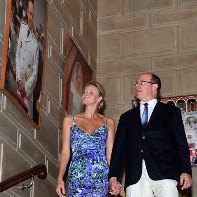 Alberto y Charlene de Mónaco en una exposición sobre su boda