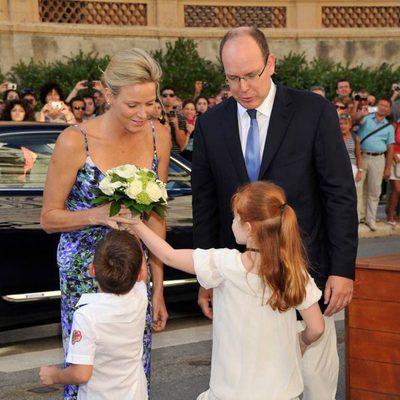 Charlene y Alberto de Mónaco agasajados con unas flores en una exposición