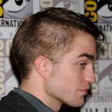 Robert Pattinson luce corte de pelo en Comic-Con 2011