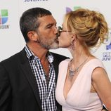 Antonio Banderas y Melanie Griffith se besan en los Premios Juventud 2011