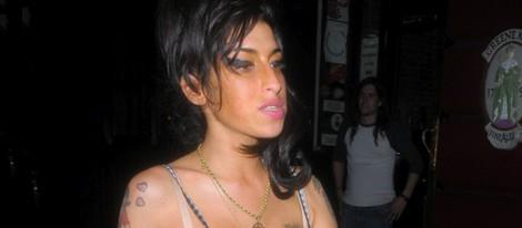 Amy Winehouse ofrece gominolas a la prensa