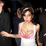 Amy Winehouse enseña el sujetador