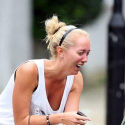 Una fan llora desconsoladamente tras la muerte de Amy Winehouse