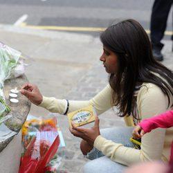 Flores y velas en honor a Amy Winehouse