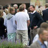 El príncipe Haakon habla con adolescentes presentes en la masacre de utoya
