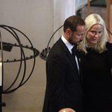 Haakon y Mette-Marit, muy afectados en el servicio religioso por las víctimas