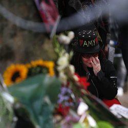 Una fan llora la muerte de Amy Winehouse