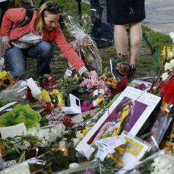 Flores, velas y alcohol para Amy Winehouse