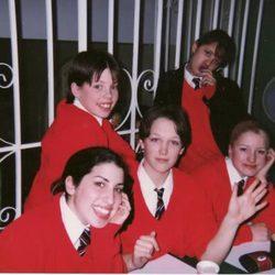 Una feliz Amy Winehouse en el colegio