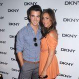 Kevin Jonas y Danielle Deleasa en la presentación de unas gafas de DKNY
