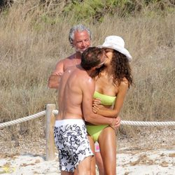 Sete Gibernau y su novia besándose en Formentera