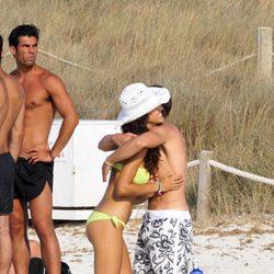 Sete Gibernau y su novia Laura Barriales se abrazan en Formentera